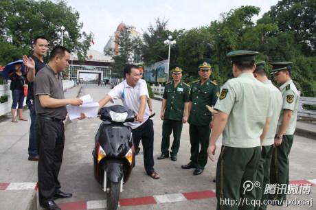 越南芒街市公安局将一辆在东兴市被盗的摩托车移交给东兴市公安局