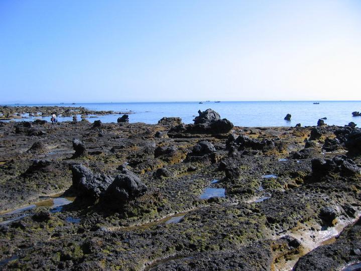 涠洲岛既有南亚热带海洋性气候的天然优势,又有火同喷岩成海蚀岸积的