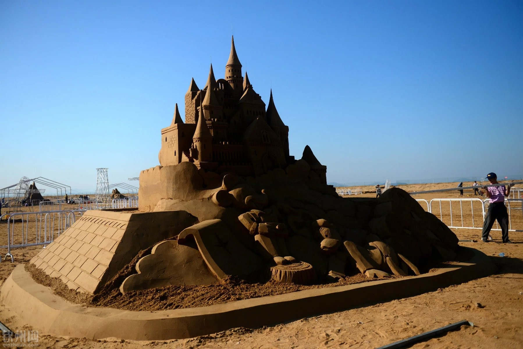 迎接2016年蚝情节,钦州海滨浴场在海滩上举办沙雕展.